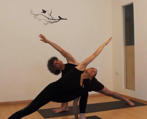 גילי ומירי באימון יוגה
